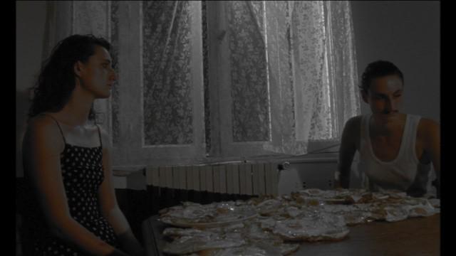 «Mais qu'est-ce qu'elle fait?… Elle se raconte des histoires…»  Oeufs Fiction / Réalisation Rosalie Kauffmann / 5 minutes 46 / 2011