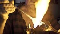 Aujourd'hui, Bagneaux-sur-Loing est une ville mourante. Ses immenses verreries ont presque toutes fermées, entrainant avec elles la disparition des souffleurs de verre et de leurs précieux savoir-faire. Pourtant, avant l'arrivé de l'industrie sur le territoire, cette petite bourgade proche de la forêt de Fontainebleau a abrité pendant 250 ans une verrerie artisanale où plusieurs générations [...]