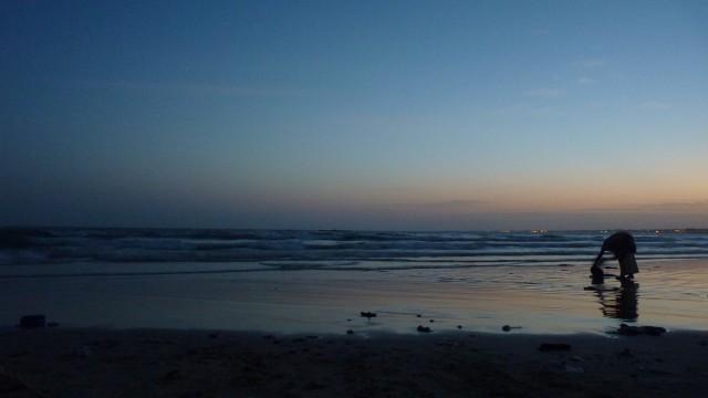 A l'aube, la rive de Yoff, à Dakar, entame sa chorégraphie.Lejourse lève, doucement, veillant les mouvements des hommes sur la plage du monde.Lefilm est ce qu'il y a, simplement, devant soi.  RéalisationCaroline Parietti &Cyprien Ponson–Les Obliques– 13min https://vimeo.com/126063244  Quand sonne la nuit : https://vimeo.com/126360389  Les Obliques-Collectif Cinématique et Radioactif Autonomade https://www.facebook.com/lesobliques