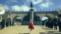 En 2004, un mystérieux groupe subtilise la main d'une statue en l'honneur du Roi Leopold II. Ceci est un acte d'activisme politique qui, dans la plus pure tradition belge, entraînera un enchaînement d'événements surréalistes. Une petite fille essaie d'en reconstruire le déroulement…   Sikitiko La Main Du Roi [Français] from DOCWERKERS on Vimeo. Sikitiko, la main du roi