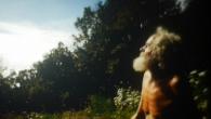 Il y a un vieux qui nous regarde, là-haut, depuis les montagnes… On dirait qu'il vit comme avant alors qu'en fait il vit comme après.  Réalisation Jean-Baptiste Alazard – Stank/La France Entière – 59 minutes – 2016 Licence CC Attribution http://lafranceentiere.com/ALLELUIA