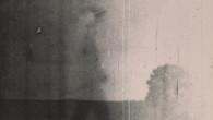 absence ab.sɑ̃s féminin 1) Le fait d'être absent. 2) Défaut de présence à une réunion, à une assignation, à un appel. 3) (Psychologie) Arrêt momentané de la conscience, symptôme de l'épilepsie. 4) (Pluriel) Film réalisé à Bure, en Meuse, à propos d'un projet d'enfouissement des déchets nucléaires. Ø – 5min – 2018