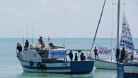 La mer, un voilier, des marin·e·s que l'on ne voit presque pas. Des activistes, des militantes associatives, des pêcheurs racontent des situations, des convictions et des modes d'action pour dénoncer les politiques migratoires et la fermeture des frontières. En Tunisie, une lutte se vit et s'organise au jour le jour. Et nous imaginons que nos marges de manœuvre, [...]