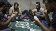 Les combats font rage dans les rues de Murek, une petite ville de Syrie. Les insurgés Ahmad, Abu Moraï et Mohammed continuent de vivre malgré les bombardements. Le film propose d'explorer leur quotidien, à l'arrière, dans l'attente, comme sur le front au plus près des combats. Écouter leur parole, entre l'intensité du moment présent, l'obscurité de l'avenir, [...]