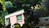 Dans la banlieue pavillonnaire de Toulouse, un groupe de transpédégouines et migrantes occupent une villa rose. Elles retrouvent les traces des anciens occupants et tentent de cohabiter avec l'histoire d'un crime…» Clem Hue / le GREC / 21mn / 2019